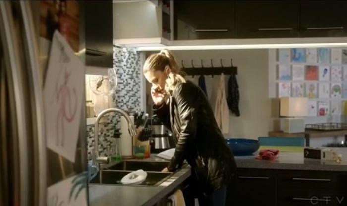 Le dessin de Trixie sur le frigo de Chloe dans Lucifer